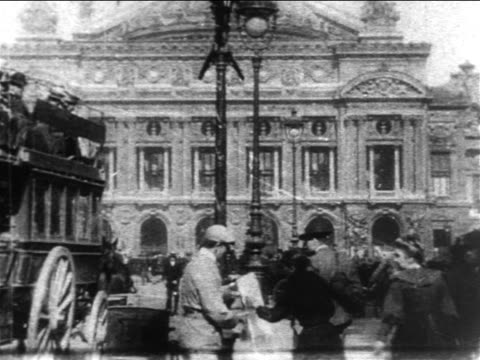 vidéos et rushes de b/w 1904 traffic + pedestrians on street outside l'opera de paris / paris - paris
