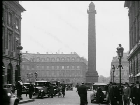 stockvideo's en b-roll-footage met b/w 1927 traffic + people walking in place vendome with the colonne vendome in center / paris, france - colonne vendome