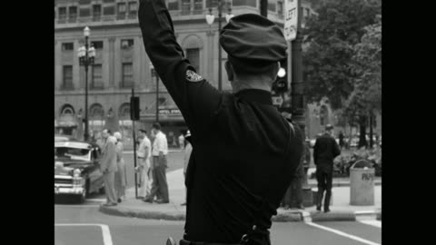 vidéos et rushes de traffic policeman regulating traffic near hotel statler, detroit, michigan, usa - montrer la voie