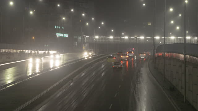 vidéos et rushes de nuit de pluie de trafic - angleterre