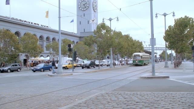traffic rolls along the streets in the embarcadero area of san francisco. - フェリーターミナル点の映像素材/bロール