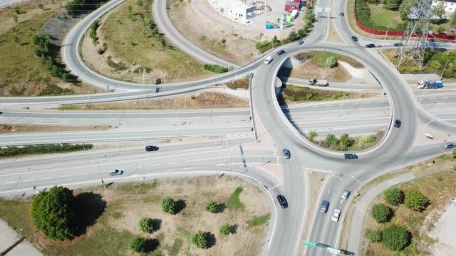 vídeos de stock, filmes e b-roll de cruzamento da estrada do carrossel do tráfego, haggvik, sollentuna, éstocolmo - junção de rua ou estrada