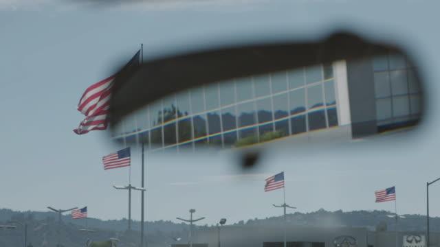 verkehr im rückspiegel des autos gesehen. - innenspiegel stock-videos und b-roll-filmmaterial