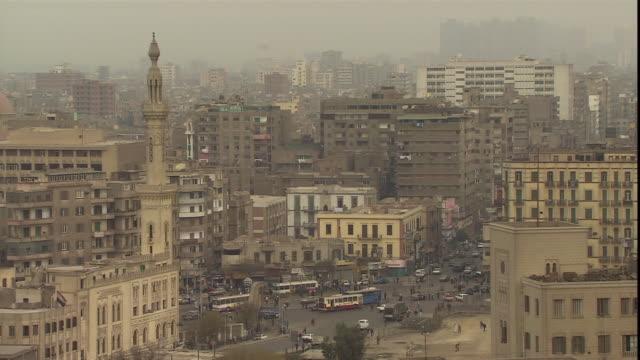 vidéos et rushes de traffic shifts through a busy intersection. - égypte