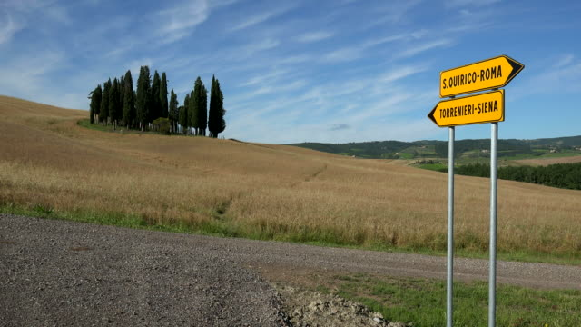 traffic sign near san quirico d'orcia, orcia valley, province of siena, tuscany, italy - 方向標識点の映像素材/bロール