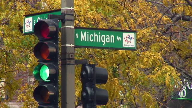 cu traffic signal with directional sign / chicago, illinois, usa - directional sign stock videos & royalty-free footage
