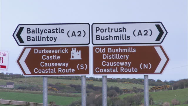 vídeos de stock, filmes e b-roll de traffic signs to places in northern ireland - sinal de direção