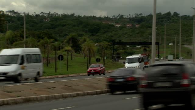 traffic speeds across the juscelino kubitschek bridge in brasília, brazil. available in hd. - juscelino kubitschek bridge stock videos & royalty-free footage