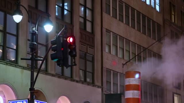 vídeos y material grabado en eventos de stock de semáforo de tráfico en la ciudad de nueva york - tapadera de cloaca