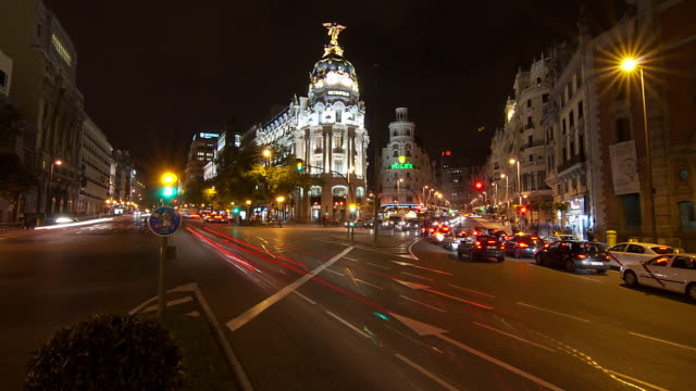 WA T/L Traffic streaking by the Edificio Metropolis at night/Madrid, Spain