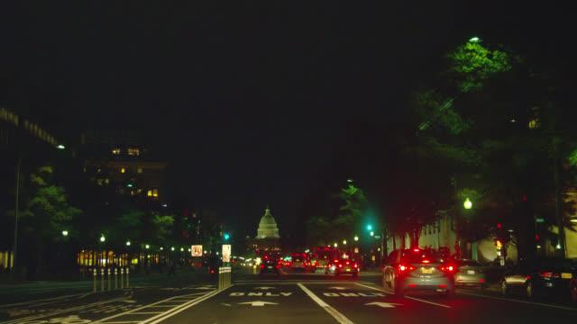stockvideo's en b-roll-footage met traffic streams along pennsylvania avenue toward the u.s. capitol building. - pennsylvania avenue