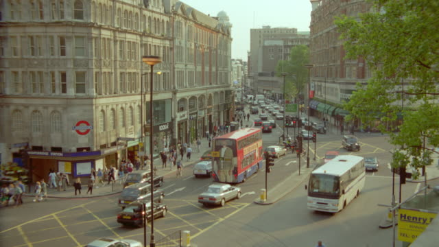 vidéos et rushes de pan traffic + street + buildings / knightsbridge / london, england - 1990 1999