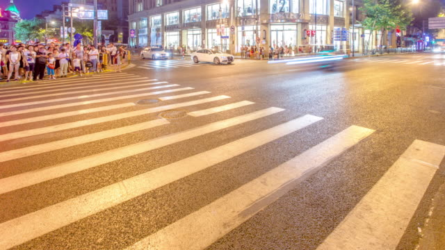 verkeer via moderne stad bij nacht, timelaspe, 4k