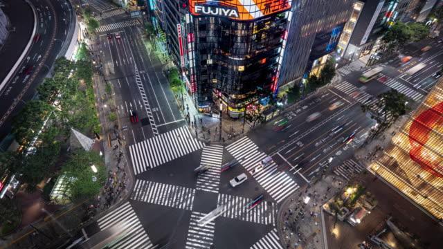 vídeos de stock, filmes e b-roll de lapso do tempo de tráfego, vista aérea de um cruzamento em ginza, tokyo. - sinais de cruzamento