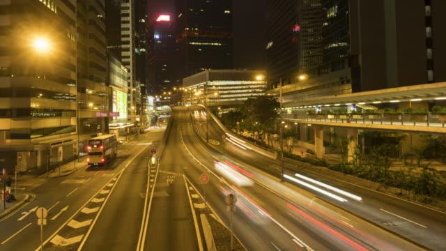 vidéos et rushes de laps de temps de circulation dans la nuit - île de hong kong