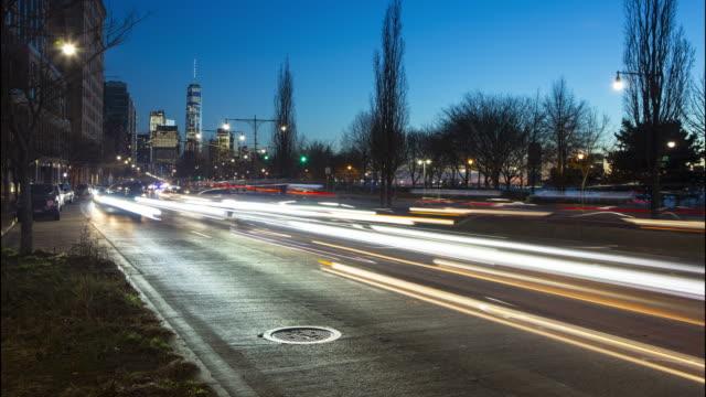 vidéos et rushes de laps de temps de circulation ville de new york nuit crépuscule - ouest