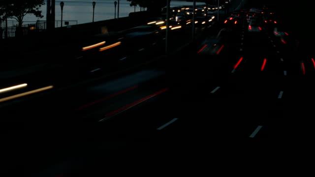 nyc traffic time lapse - autoscheinwerfer stock-videos und b-roll-filmmaterial