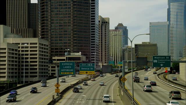 traffic travels along a highway through seattle, washington. - コロンビアセンター点の映像素材/bロール