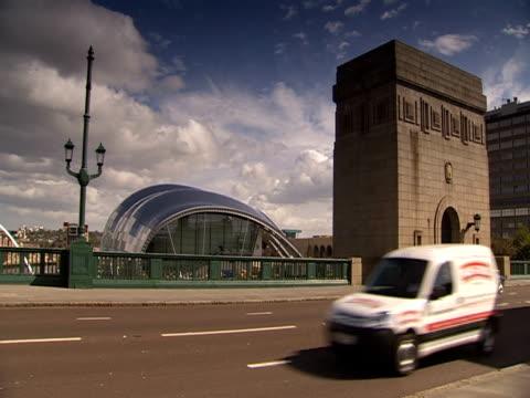 stockvideo's en b-roll-footage met traffic travels along the tyne bridge. - tyne bridge