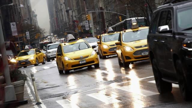 vídeos de stock e filmes b-roll de traffic - táxi amarelo
