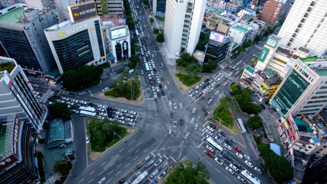 vídeos y material grabado en eventos de stock de traffic view from day to night at the intersection of seomyeon main street, busanjin-gu district, busan - letrero de tienda