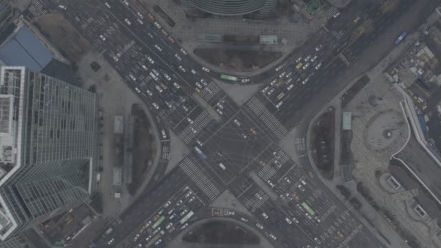 vidéos et rushes de traffic view of crossroad near samseong station, seoul, south korea - gris