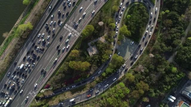 traffic view of seongsu bridge (over han river) and gangbyeon (riverbank) expressway, seoul, south korea - ソウル点の映像素材/bロール
