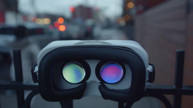 vidéos et rushes de crépuscule de trafic virtuel réalité casque googles lunettes arrière - casque audio