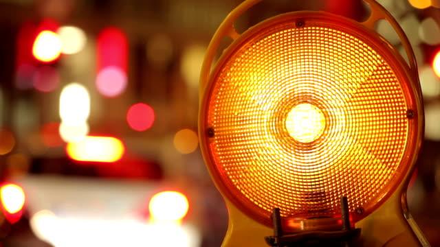 traffic warning light at night - 乗り物の明かり点の映像素材/bロール