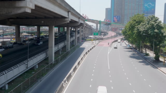 stockvideo's en b-roll-footage met verkeer met stadsgezicht op luchtfoto centrum van bangkok. - crane shot