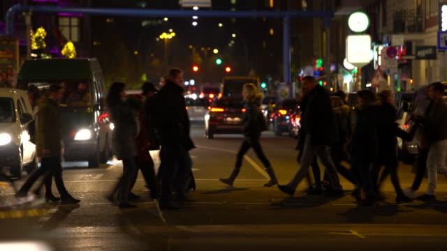 stockvideo's en b-roll-footage met verkeer met mensen en auto's in kersttijd in berlijn - berlin mitte
