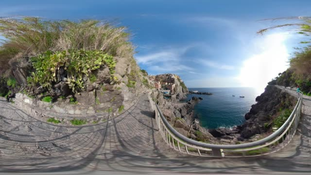 360 VR / A trail over the village of Manarola and the coastal cliff