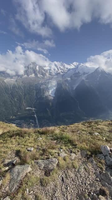 trailrunner läuft bis zum rand einer klippe mit blick auf die berge - hoch position stock-videos und b-roll-filmmaterial