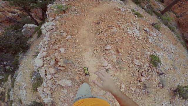 vídeos de stock e filmes b-roll de pov trail running at bryce canyon national park, peek a boo trail - grand canyon
