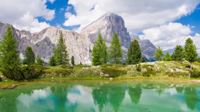 trail kör vid en bergssjö i dolomiterna, italien - spegling bildbanksvideor och videomaterial från bakom kulisserna