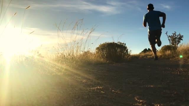 vídeos y material grabado en eventos de stock de sendero corriendo paisaje de puesta de sol cámara lenta - 40 44 años