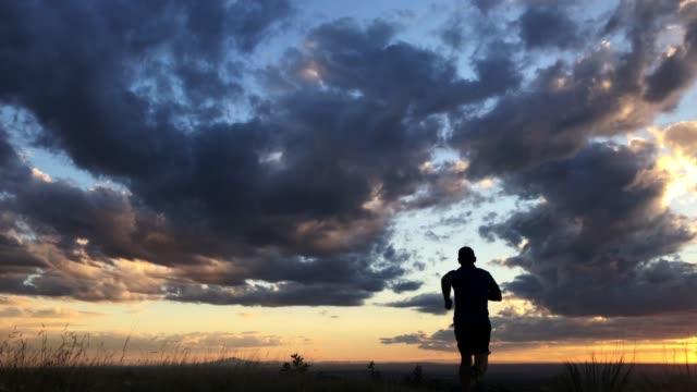 trailrunning - ein mann allein stock-videos und b-roll-filmmaterial