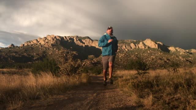 vídeos de stock e filmes b-roll de trail running - homens adultos