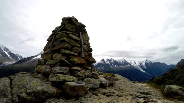 stockvideo's en b-roll-footage met trail signpost and rock cairn hiking in the french alps near chamonix - informatiebord