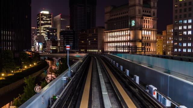 vídeos de stock e filmes b-roll de train approach to the city - long exposure