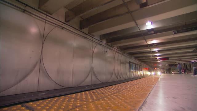vídeos y material grabado en eventos de stock de ws bart train arrives and stops at station platform / san francisco, california, usa - bart