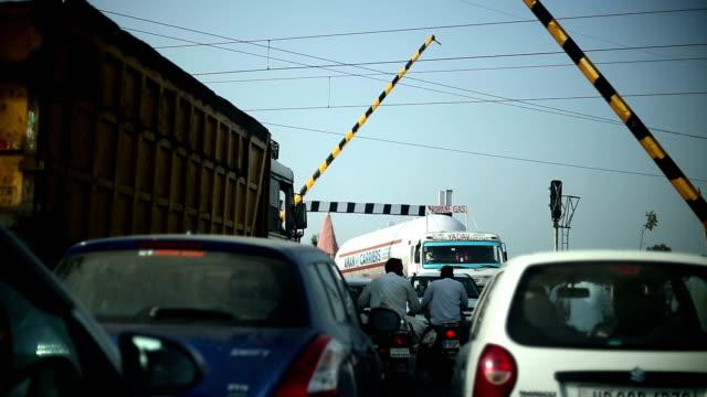 vídeos de stock, filmes e b-roll de treinar a barreira aberta e cruzando o tráfego - índia