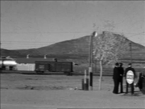 vidéos et rushes de b/w 1934 pan train car + customers standing near in desert / sierra blanca, texas - 1934