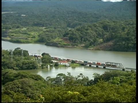 vídeos y material grabado en eventos de stock de train carrying cargo along side of canal, wa, panama, central america - estrecho