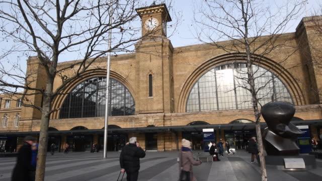 stockvideo's en b-roll-footage met train commuters return from the festive break to fare increases on january 03 2017 in london united kingdom - station london king's cross