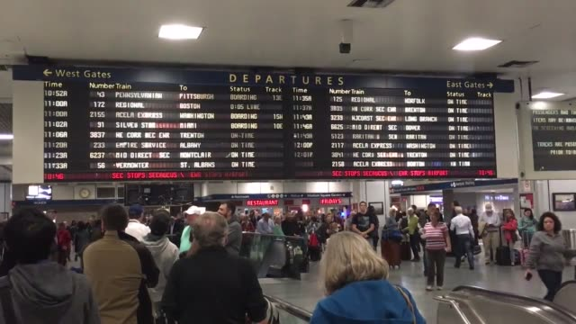 train crash at hoboken station has caused delays in other stations in new jersey. b-roll footage of delays at penn station. - ペン駅点の映像素材/bロール