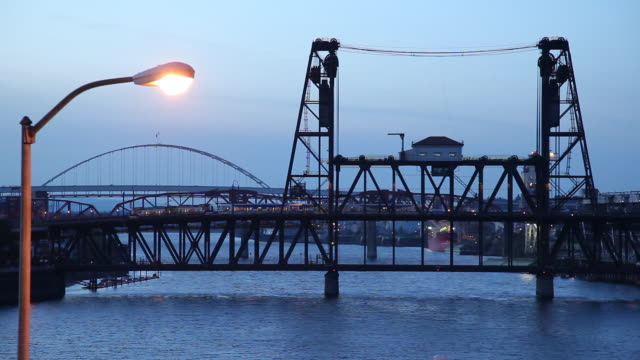 vídeos de stock, filmes e b-roll de ws train crossing drawbridge at dusk / portland, oregon, usa - drawbridge