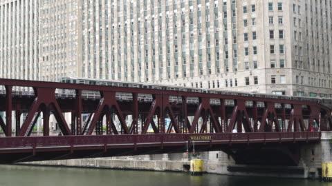 l train crossing wells street bridge, chicago - chicago 'l' stock videos & royalty-free footage