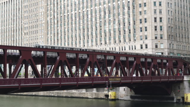 vídeos y material grabado en eventos de stock de l train crossing wells street bridge, chicago - chicago 'l'