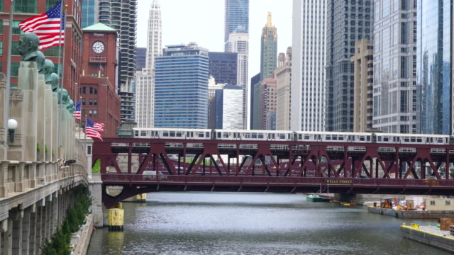 l train crossing wells street bridge, chicago - chicago 'l' stock videos & royalty-free footage